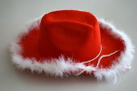 Шляпа мушкетера красная (чёрная) с пухом