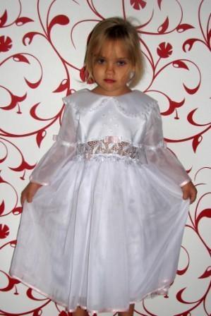 Платье белое с гипюровой вставкой